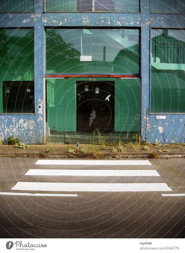 Bessere Zeiten Gras Sträucher Moos Haus Hochhaus Industrieanlage Fabrik Ruine Bauwerk Gebäude Architektur Mauer Wand Treppe Fassade Terrasse Fenster Tür Verkehr