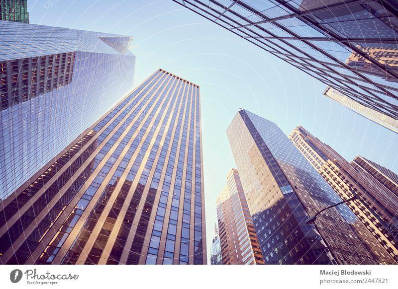 Blick auf die Wolkenkratzer von Manhattan, New York, USA. Reichtum elegant Geld Sightseeing Häusliches Leben Büro Himmel Stadt Hochhaus Bankgebäude Gebäude