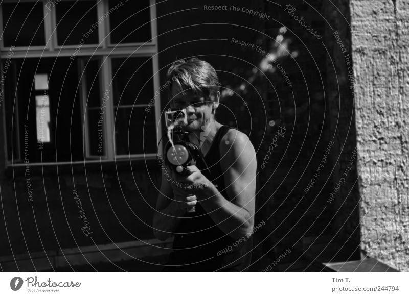 Wasser Mensch Jugendliche Freude Erwachsene Spielen Arme maskulin 30-45 Jahre Junger Mann Schwarzweißfoto