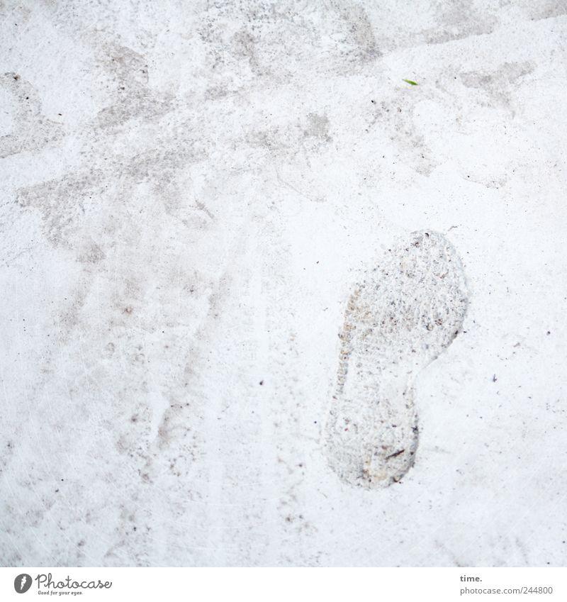 Großstadtgetier Baustelle Fährte Stein Beton Schilder & Markierungen Fußspur fest grau weiß Missgeschick Reifenprofil Reifenspuren unaufmerksam Straßenbau