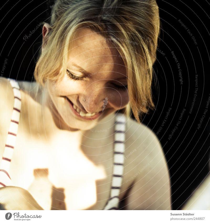 Sunny Frau Jugendliche Freude feminin lachen Kopf Erwachsene blond Zufriedenheit Fröhlichkeit natürlich Freundlichkeit Lebensfreude Lächeln Sommersprossen Pony
