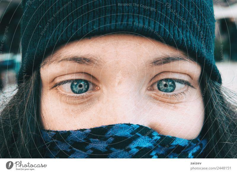 Blauäugiges Mädchen mit Winterhut, das mit den Augen dumm spielt. Lifestyle Freude Glück schön Gesicht Erholung Weihnachten & Advent Mensch feminin Junge Frau