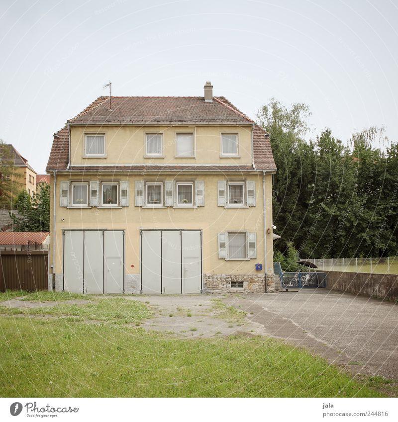 behausung Himmel Pflanze Baum Gras Garten Wiese Haus Platz Bauwerk Gebäude Architektur Fenster Tür Dach trist Farbfoto Außenaufnahme Menschenleer