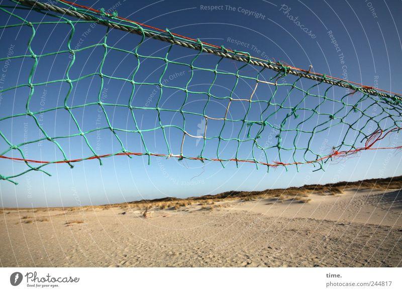 Spiekeroog | Spochtplatz Himmel alt Strand Sand Schilder & Markierungen hoch kaputt Netz verfallen Schnur schäbig diagonal verwittert gerissen unbrauchbar