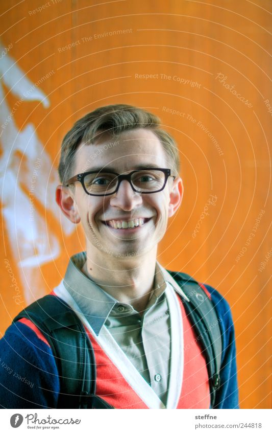 er kann auch anders Mensch Jugendliche Kopf orange Erwachsene maskulin Brille Zähne Hemd Lächeln Scheitel Junger Mann 18-30 Jahre