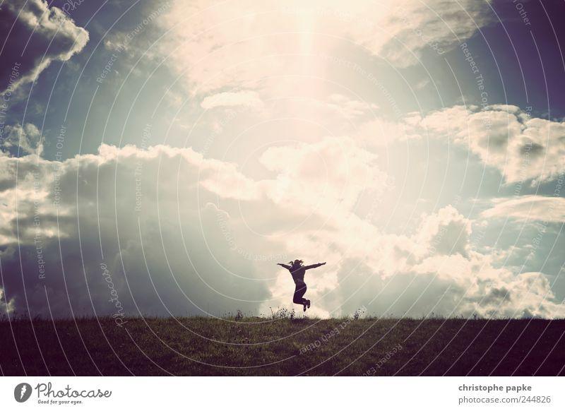 jump Lifestyle Freude Freiheit 1 Mensch Landschaft Sonnenlicht Schönes Wetter Unwetter springen Lebensfreude Begeisterung Farbfoto Gedeckte Farben Außenaufnahme
