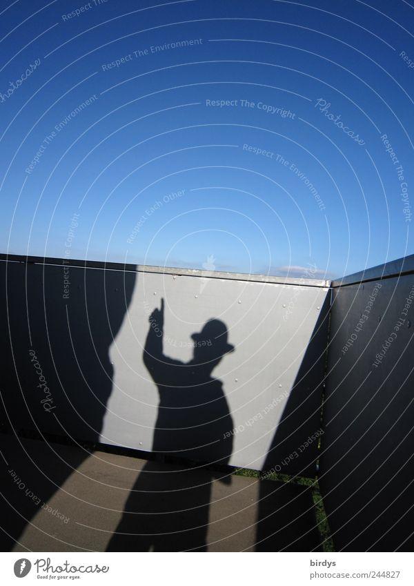 Da gehts nach aufwärts maskulin 1 Mensch Wolkenloser Himmel Schönes Wetter blau grau schwarz skurril Surrealismus zeigen Zeigefinger Hut hoch himmelwärts deuten