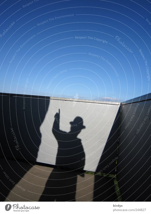 Da gehts nach aufwärts Mensch Himmel blau schwarz grau maskulin hoch Unendlichkeit Hut skurril Surrealismus zeigen Hinweis Schönes Wetter