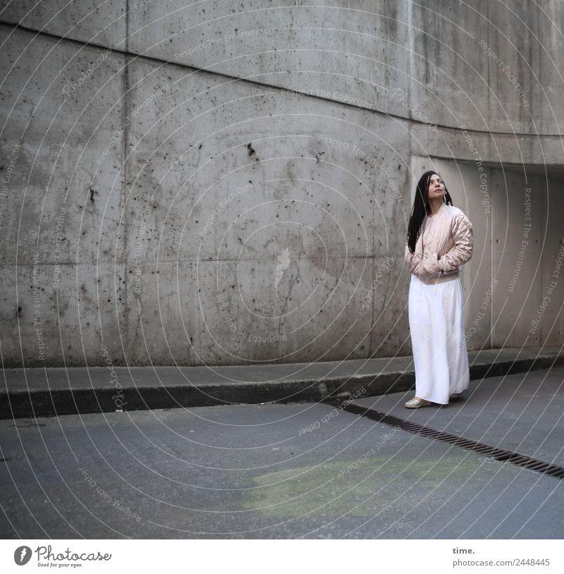 Nikolija Frau Mensch Stadt schön dunkel Erwachsene Wand Wege & Pfade feminin Mauer gehen ästhetisch stehen Perspektive beobachten Coolness