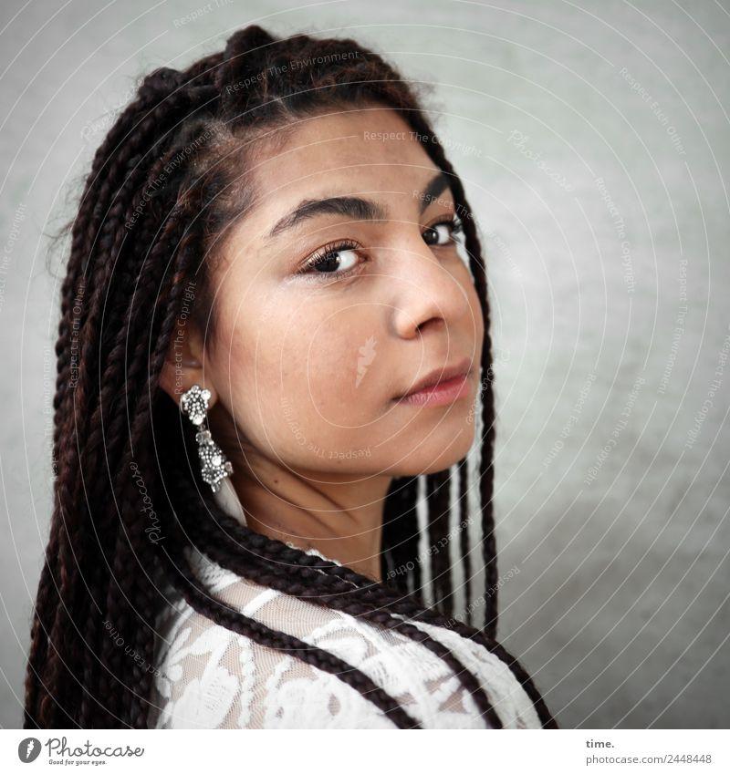 Nikolija feminin Frau Erwachsene 1 Mensch Mauer Wand Jacke Ohrringe Haare & Frisuren brünett langhaarig Afro-Look Braids beobachten Blick warten schön modern