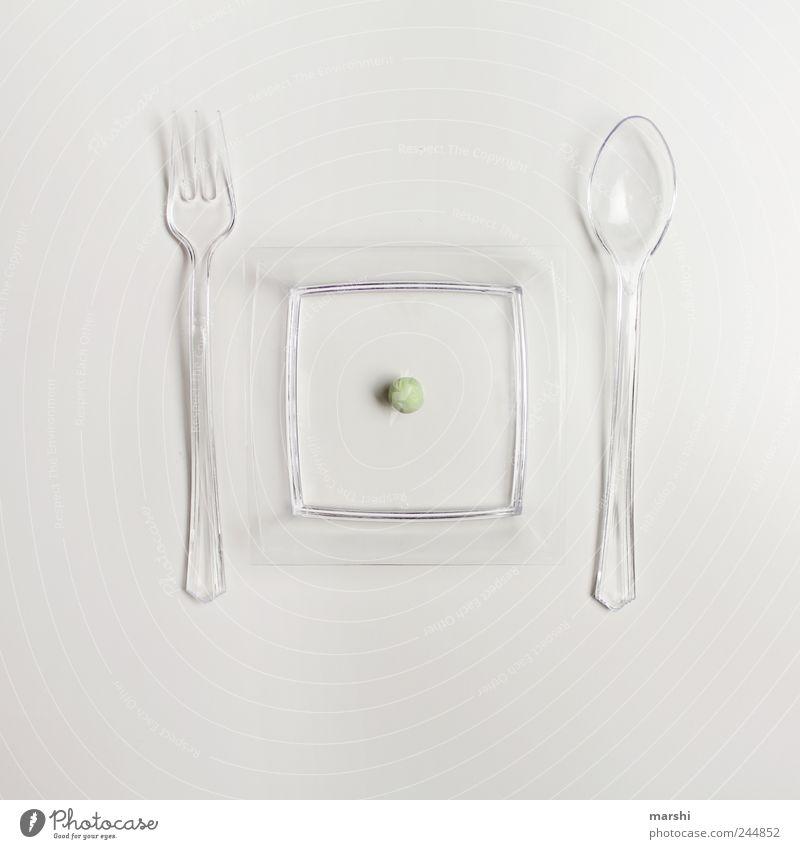 der Erbsenzähler auf Diät Lebensmittel Gemüse Ernährung Fasten Fingerfood grün weiß Freisteller Teller Löffel Gabel Appetit & Hunger Kunststoff klein gelüste