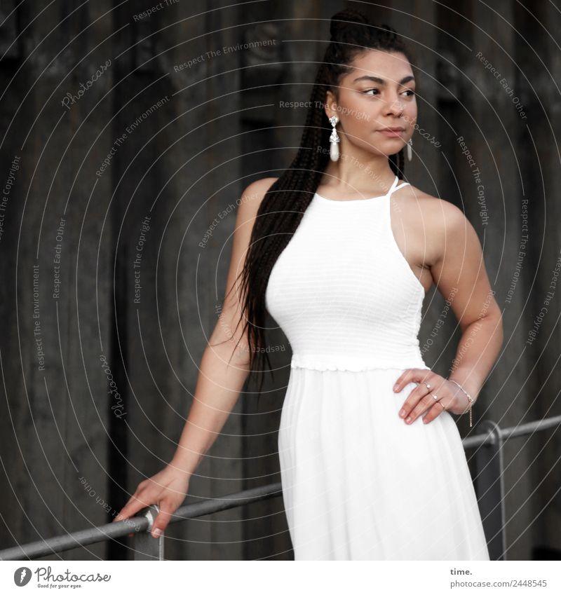 Nikolija feminin Frau Erwachsene 1 Mensch Mauer Wand Brückengeländer Kleid Ohrringe brünett langhaarig beobachten festhalten Blick stehen elegant schön weiß