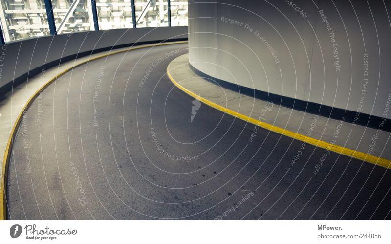 kurve gelb Straße Architektur grau Gebäude Verkehr trist Asphalt Tunnel Verkehrswege Kurve Autobahn abwärts kahl Parkhaus Bordsteinkante