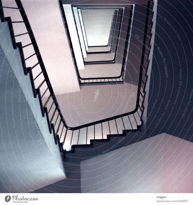 Trapeze Menschenleer Gebäude Architektur Treppe Beton alt eckig hoch ruhig Ordnungsliebe Treppenhaus aufsteigen Abstieg Treppengeländer Bürogebäude Farbfoto