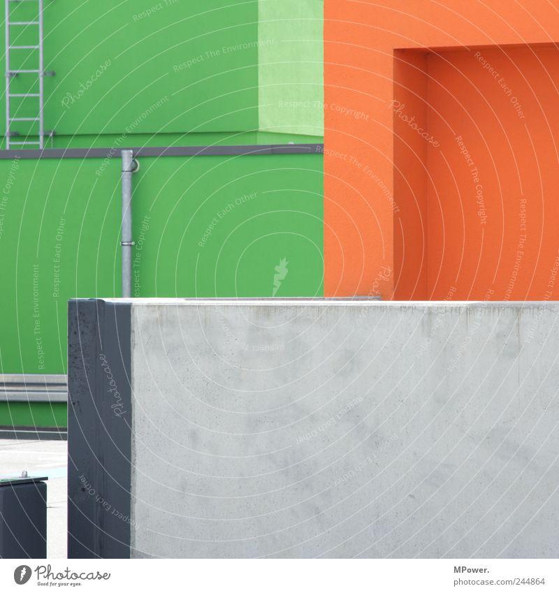 verwinkelt Parkhaus Architektur Mauer Wand grau grün orange Leiter Eisenrohr Linie Ecke skurril Perspektive Illusion Betonwand Farbfoto mehrfarbig Außenaufnahme