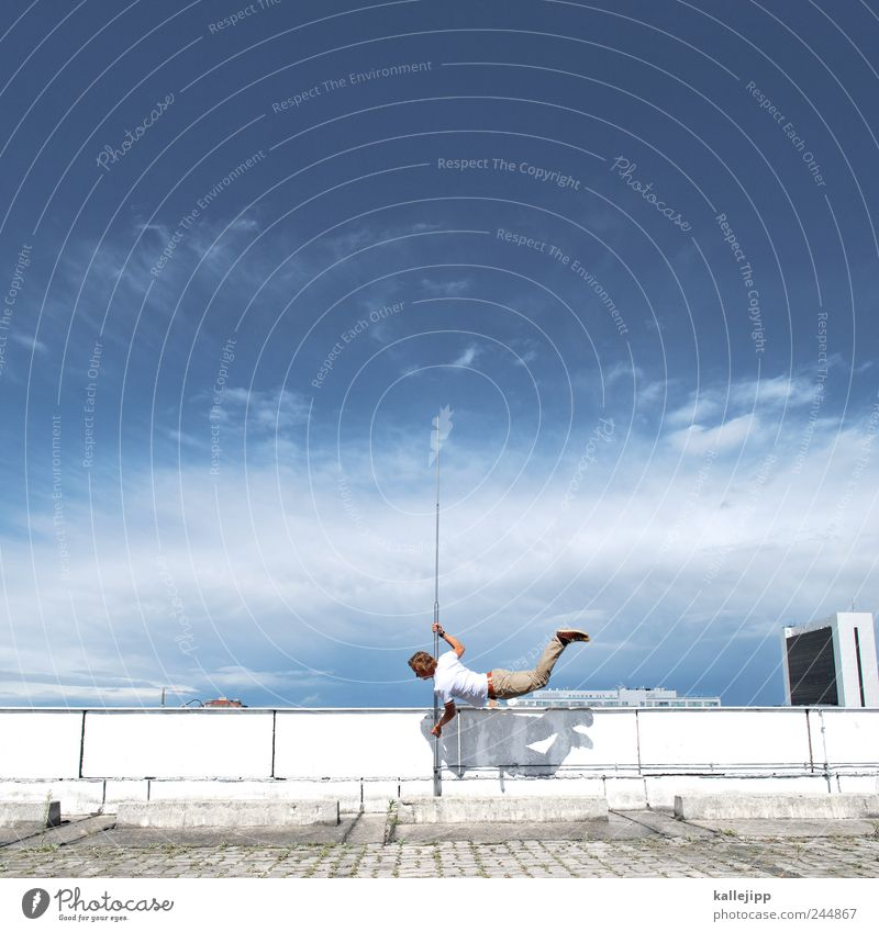 3600_gedankensprung Mensch Himmel Mann Wolken Erwachsene springen maskulin Dach Fitness Sport-Training Sportler Stabhochsprung Blitzableiter Sprungkraft