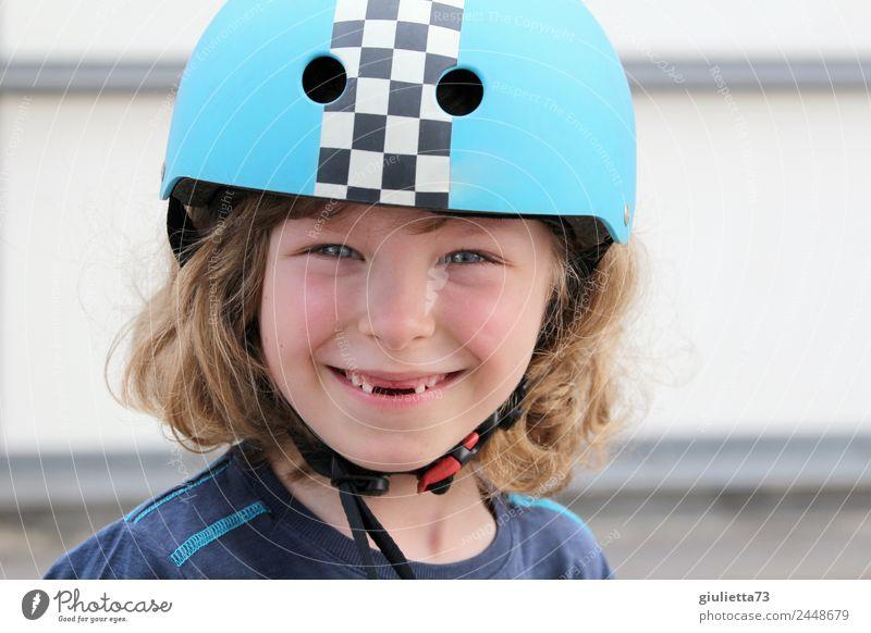 Coole Lücke | Porträt eines Jungen mit Fahrradhelm und Zahnlücke Kind Mensch lachen Glück blond Kindheit Lächeln Fröhlichkeit Lebensfreude Wandel & Veränderung