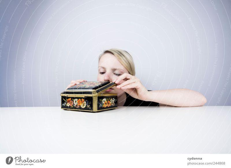 Aus dem Nähkästchen Mensch Jugendliche Erwachsene Stil träumen Design Beginn Tisch Lifestyle Zukunft einzigartig Wunsch Bildung Neugier geheimnisvoll