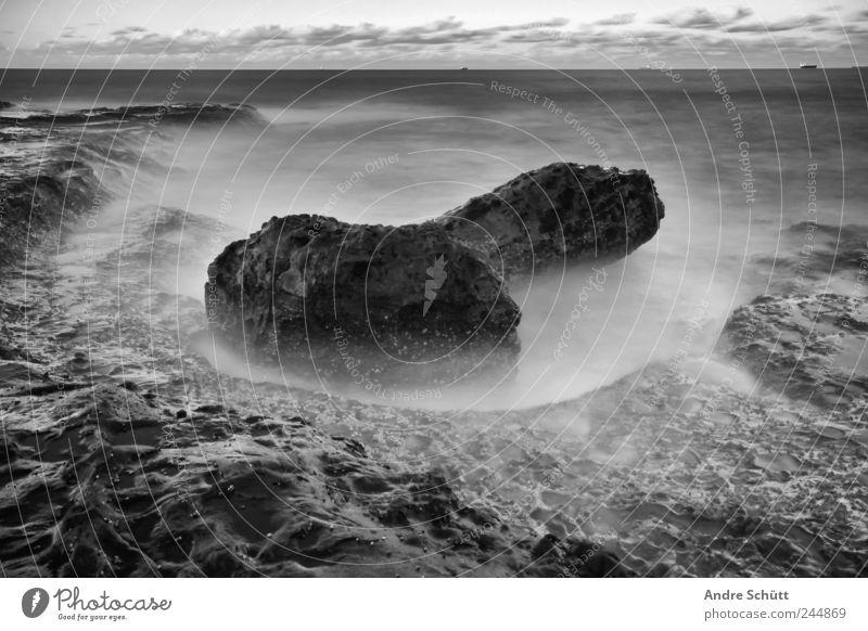 meteor (2) Umwelt Urelemente Erde Himmel Horizont Schönes Wetter Küste alt Felsen Wasser Meer Strand Schwarzweißfoto Außenaufnahme Experiment Menschenleer