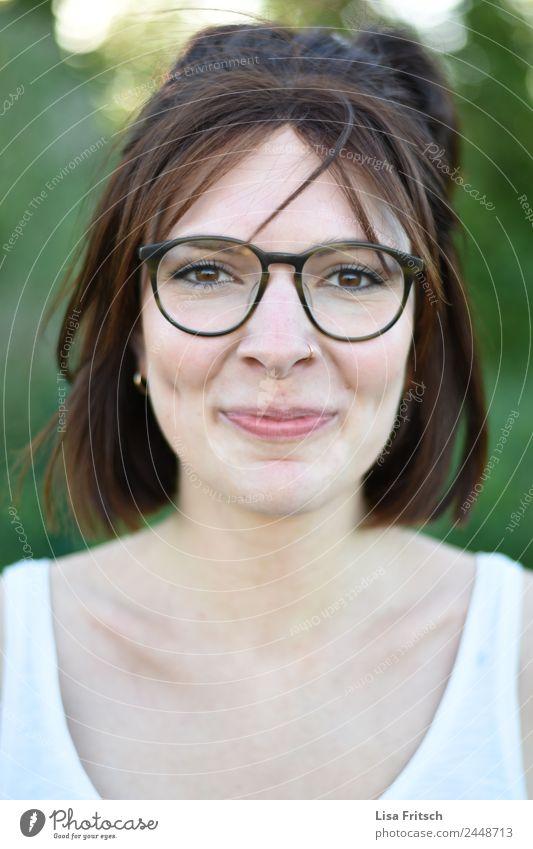 grinsen, brille, grübchen feminin Junge Frau Jugendliche Gesicht 1 Mensch 18-30 Jahre Erwachsene Piercing Brille brünett kurzhaarig Lächeln Fröhlichkeit Glück