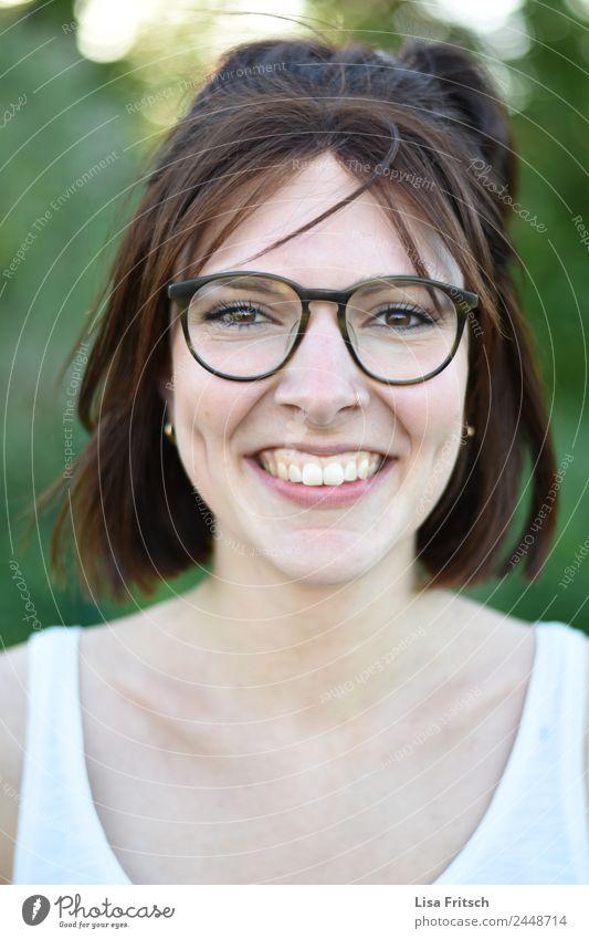 FRAU - BRILLE - GESICHT - EBEN- GRÜBCHEN schön feminin Junge Frau Jugendliche Gesicht 1 Mensch 18-30 Jahre Erwachsene Piercing Brille Haare & Frisuren brünett