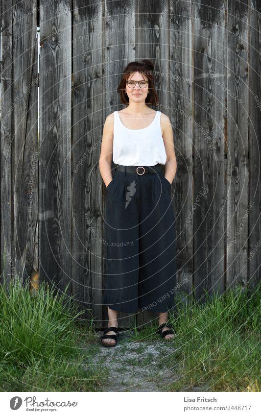 Frau, brünett, Brille, lächeln, Holz schön feminin Junge Frau Jugendliche 1 Mensch 18-30 Jahre Erwachsene Mode kurzhaarig Lächeln stehen warten ästhetisch