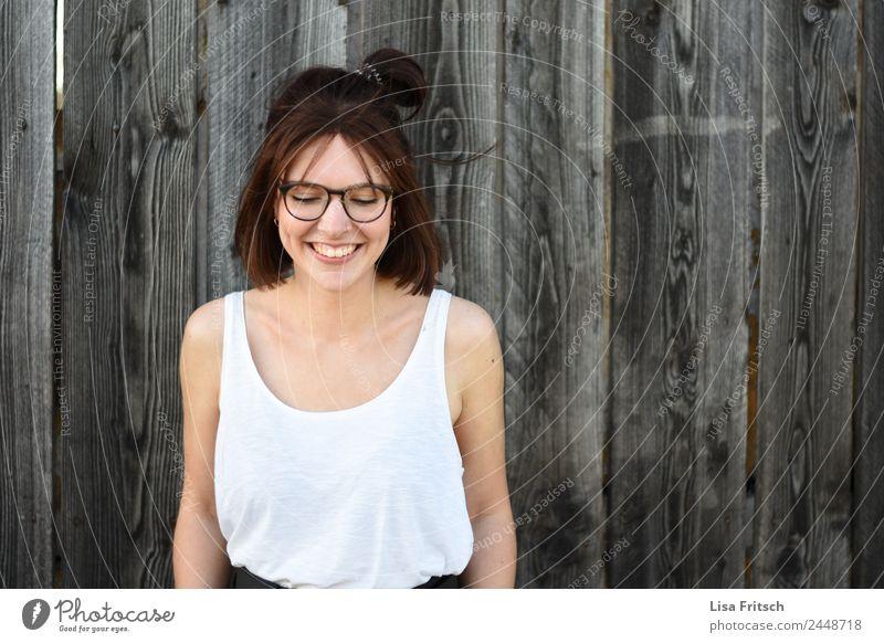 Frau, stehend vor Holzwand, lachen, Blick nach unten Lifestyle schön feminin Junge Frau Jugendliche 1 Mensch 18-30 Jahre Erwachsene Mauer Wand Piercing Brille