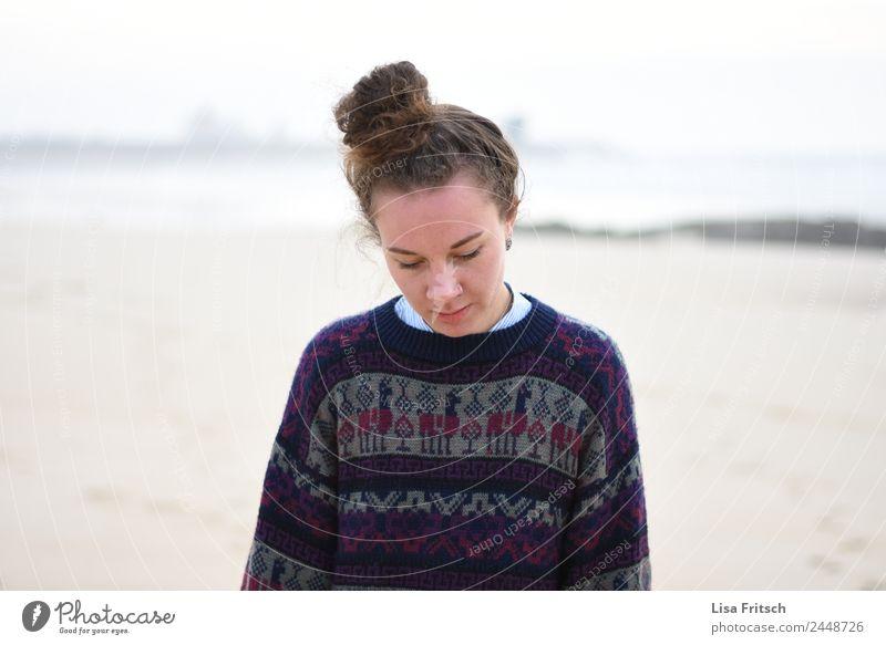 FRAU - DUTT - MELANCHOLISCH Ferien & Urlaub & Reisen Tourismus Ferne Freiheit Strand Junge Frau Jugendliche 1 Mensch 18-30 Jahre Erwachsene brünett Dutt laufen