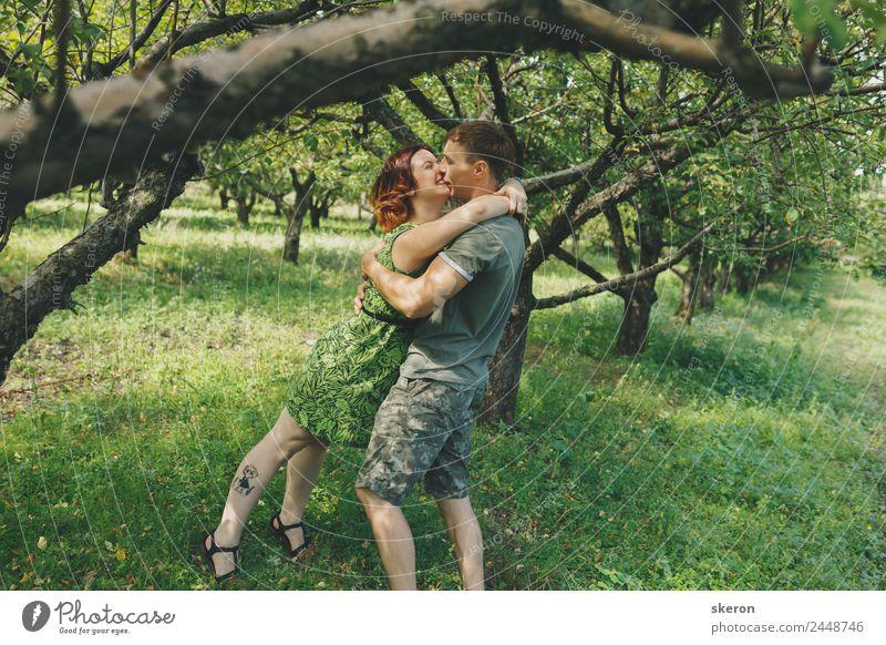 junges verliebtes Paar, das in einem Sommerpark spazieren geht. Mensch maskulin feminin Junge Frau Jugendliche Junger Mann Familie & Verwandtschaft Erwachsene 2