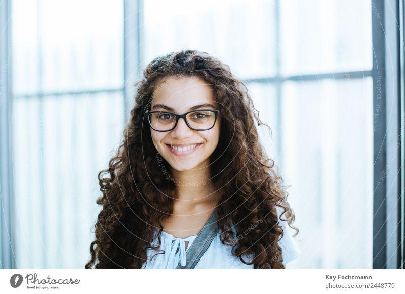 Junge lächelnde Brasilianerin mit lockigem Haar Mensch Jugendliche Junge Frau schön Hand Freude 18-30 Jahre Erwachsene Lifestyle Leben Stil Glück