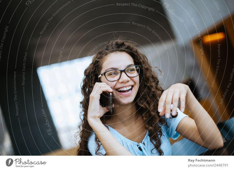 Junge hübsche Frau lacht während eines Telefonats Lifestyle Freude Glück Leben Wohlgefühl Zufriedenheit Häusliches Leben Wohnung Student Handy PDA