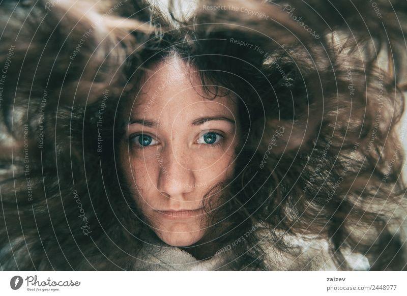 ein Mädchen, das mit dem Gesicht nach unten auf die Kamera schaut. Lifestyle schön Erholung Mensch feminin Junge Frau Jugendliche Erwachsene 1 13-18 Jahre