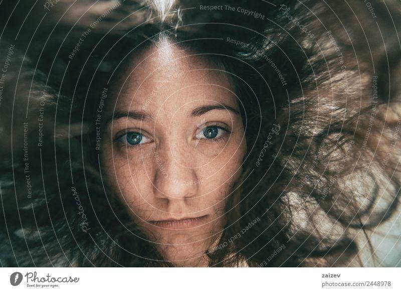 Frau Mensch Jugendliche Junge Frau Farbe schön weiß Erholung Einsamkeit 18-30 Jahre schwarz Gesicht Erwachsene Lifestyle natürlich Gefühle