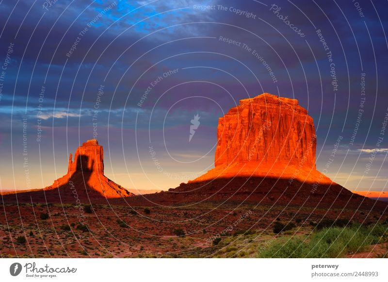 Monument Valley at sunset, Utah, USA Natur Ferien & Urlaub & Reisen blau Landschaft rot Wolken gelb orange braun Sand Felsen Park Feld Kraft Hügel