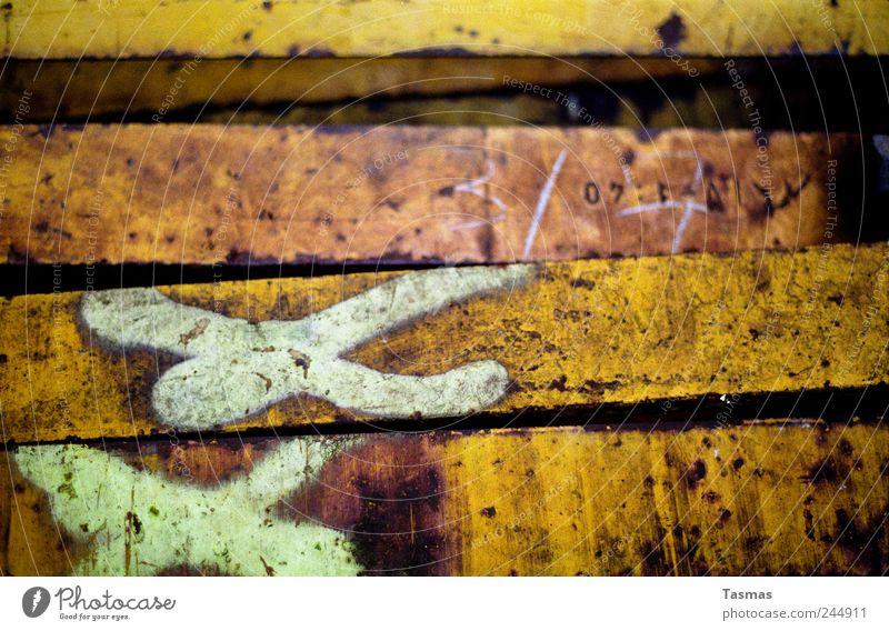 XX Güterverkehr & Logistik Schienenverkehr Eisenbahn Gleise Metall Stahl Zeichen Schriftzeichen Graffiti alt gelb gold schön Rost Farbfoto Außenaufnahme
