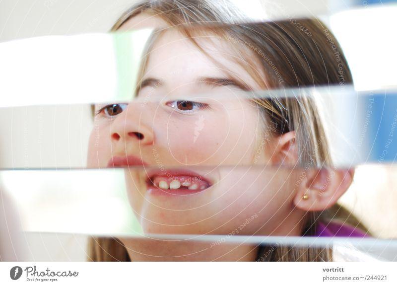 Mädchen mit zwei Gesichter Mensch Kind Kopf Kindheit Spiegel brünett bizarr 8-13 Jahre langhaarig Krankheit Täuschung Erscheinung 3-8 Jahre Schizophrenie