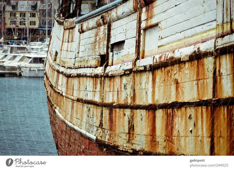 alte liebe rostet blau rot Tod Holz Wasserfahrzeug braun Trauer liegen kaputt Wandel & Veränderung Hafen Vergänglichkeit Stahl trashig Rost
