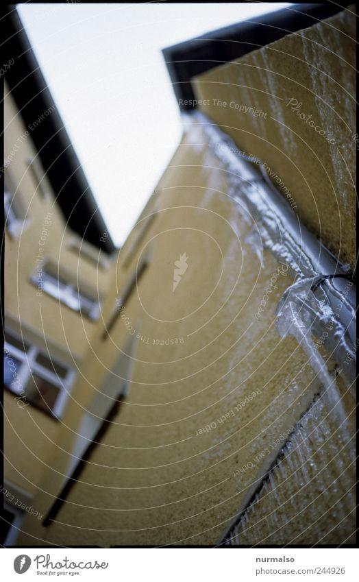 das lässt mich kalt Häusliches Leben Kunst Umwelt Natur Winter Klima Eis Frost Mauer Wand Fassade Dach Dachrinne Zeichen frieren eckig trashig trist Stadt