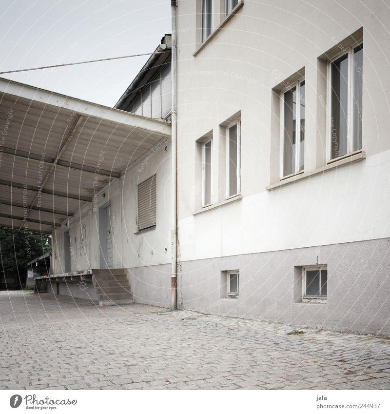 lieferzone Himmel weiß Haus Fenster Wand Architektur grau Mauer Gebäude Tür Platz trist Dach Bauwerk Industrieanlage