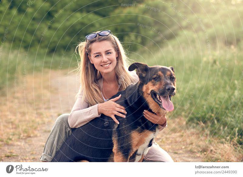 Glücklicher lächelnder Hund mit seinem hübschen jungen Besitzer Lifestyle Freude schön Freizeit & Hobby Spielen Sommer Frau Erwachsene Freundschaft 1 Mensch