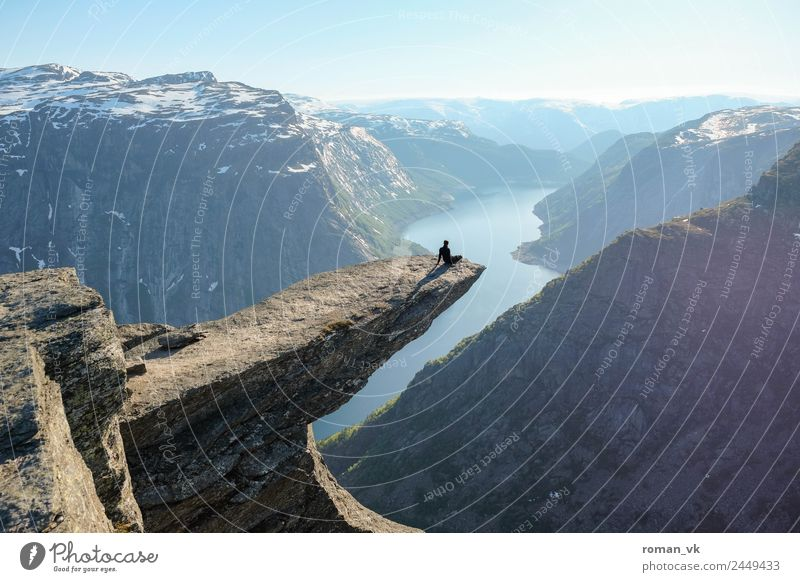 Trolltunga in Norwegen maskulin Umwelt Natur Landschaft Pflanze Urelemente Erde Wolkenloser Himmel Schönes Wetter Schnee Felsen Berge u. Gebirge Gletscher