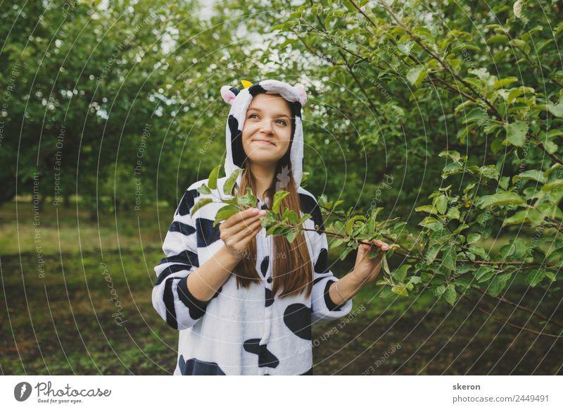 Animateurin im Kuh-Pyjama am Baum elegant Freizeit & Hobby Spielen Ferien & Urlaub & Reisen Tourismus Ausflug Abenteuer Party Veranstaltung Feste & Feiern