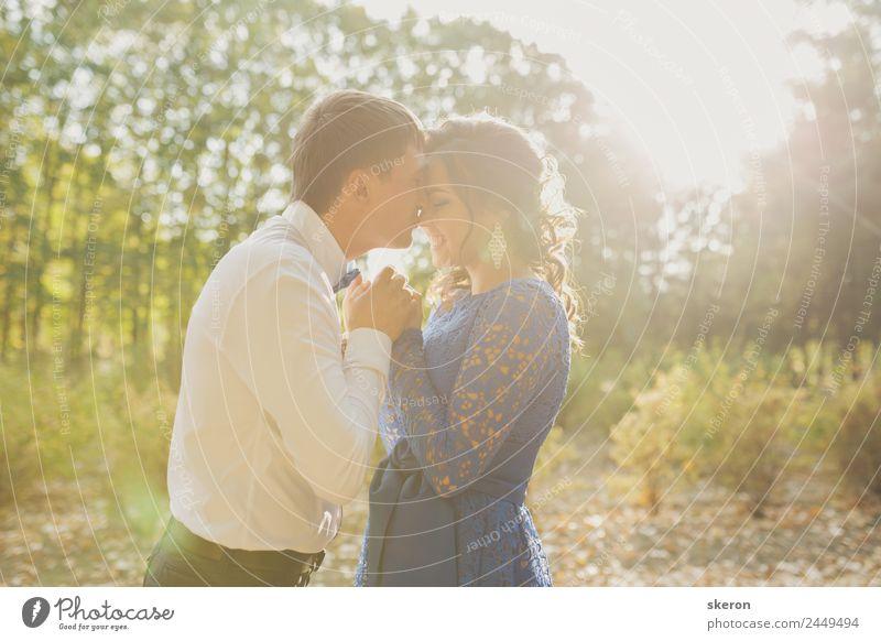 Liebespaar zeigt Gefühle in der untergehenden Sonne harmonisch Sommer Feste & Feiern Valentinstag Hochzeit Mensch maskulin feminin Junge Frau Jugendliche