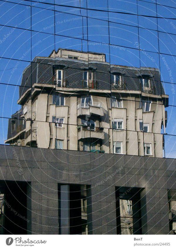 Zwischen Neu und Alt Haus Fenster Spiegelbild Architektur Glas Fensterscheibe Reflexion & Spiegelung