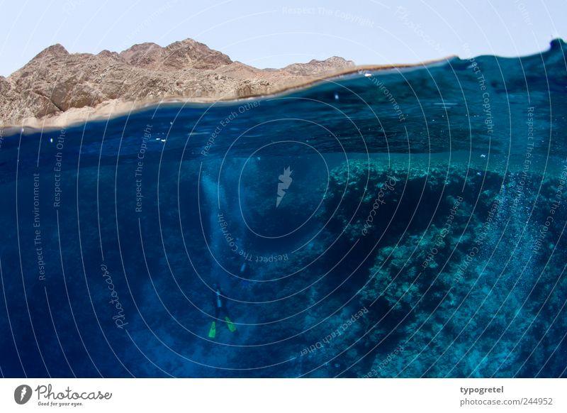 Halb-Halb Wasser Ferien & Urlaub & Reisen Meer Sport Berge u. Gebirge Wellen Felsen Tourismus tauchen Unterwasseraufnahme Taucher Korallen Afrika Korallenriff