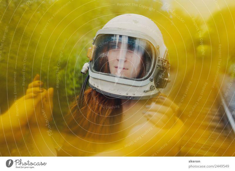 Mädchen im Helm eines Astronauten, der auf den Schienen geht. Freizeit & Hobby Spielen Ferien & Urlaub & Reisen Tourismus Ausflug Abenteuer Mensch feminin