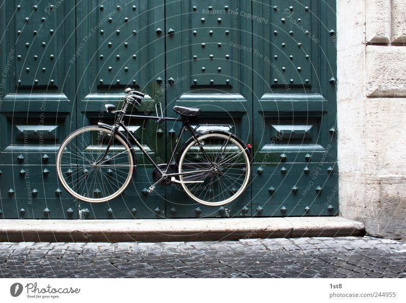 sicher ist sicher grün Wand Architektur Gebäude Mauer außergewöhnlich Denken Fassade Verkehr Tür Fahrrad authentisch beobachten Sicherheit fahren Bauwerk
