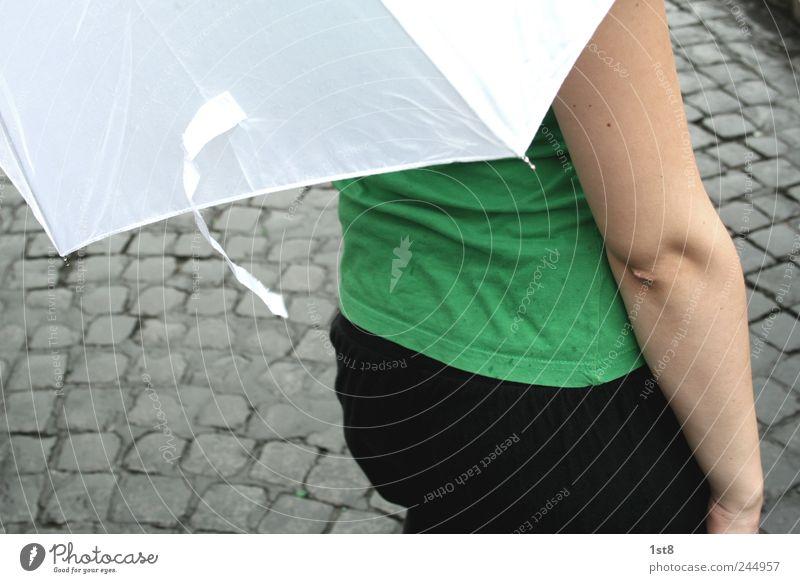 bei jedem wetter... Jugendliche grün weiß schön Straße Junge Frau Wege & Pfade gehen Wetter Rücken Arme laufen wandern Platz Verkehr nass