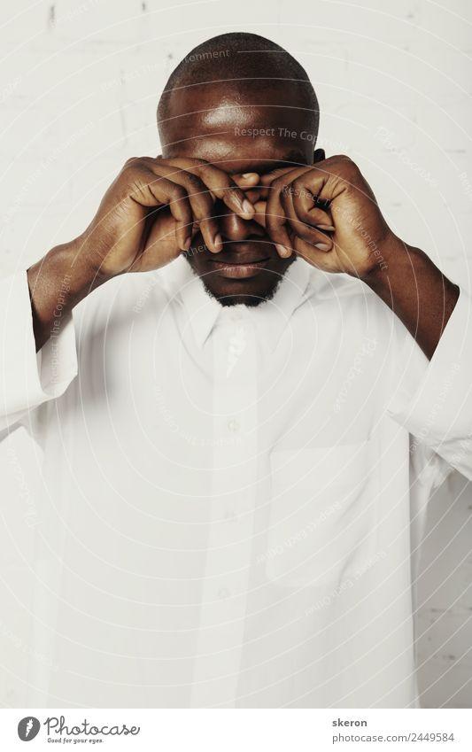 Afrikanischer Student mit Glatze im weißen Hemd Lifestyle elegant Stil Mensch maskulin Junger Mann Jugendliche Arme 1 18-30 Jahre Erwachsene Schauspieler Kultur