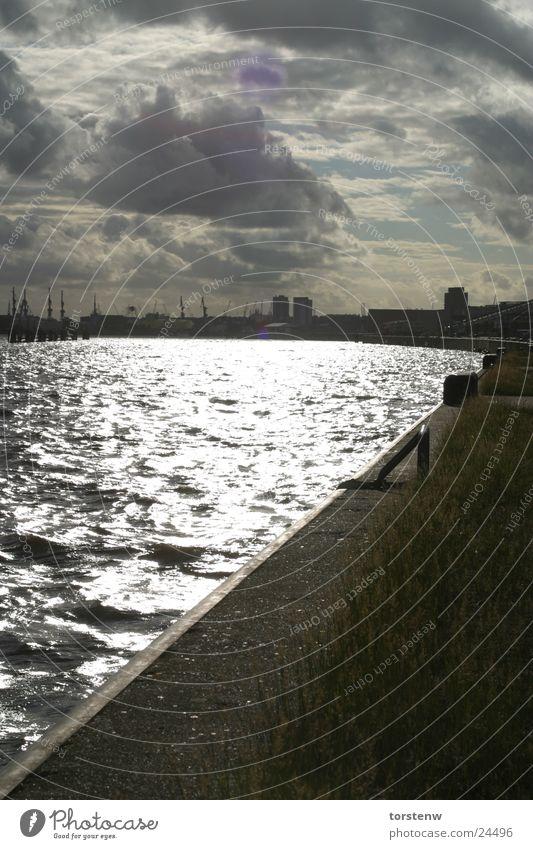 Hamburger Hafen Wasser Stadt Wolken dunkel grau lang Anlegestelle Elbe Mole Wolkenhimmel Wasserspiegelung Hansestadt